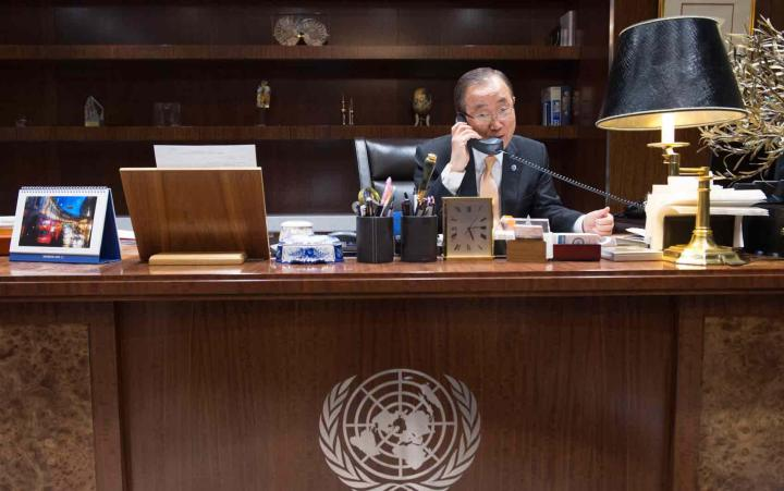 Ban Ki-moon fala ao telefone com o presidente eleito nos Estados Unidos, Donald Trump. Foto: UN Photo/Eskinder Debebe
