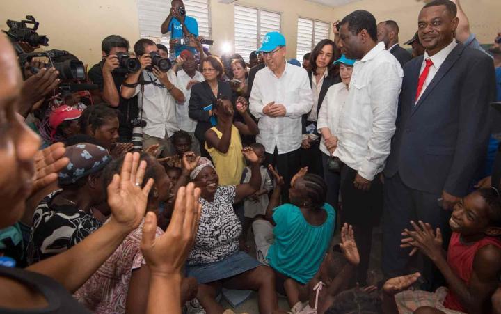 Ban Ki-moon visita abrigo temporário em Les Cayes a vítimas da passagem do furacão Matthew pelo Haiti, em outubro de 2016. Foto-UN Photo-Eskinder Debebe
