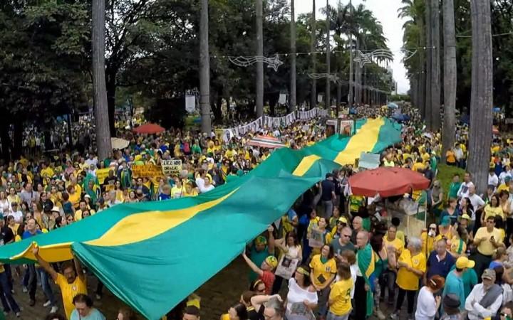 Bandeirão verde e amarelo é estendido na Praça da Liberdade, em Belo Horizonte (Foto - Henrique Stênio -TV Globo)