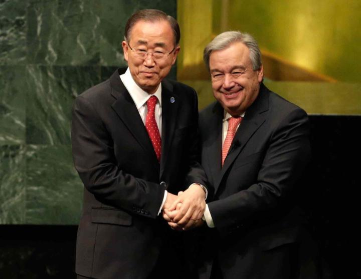 General Ban Ki-moon cumprimenta o novo secretário-geral António Guterres Foto: AP Photo/Seth Wenig
