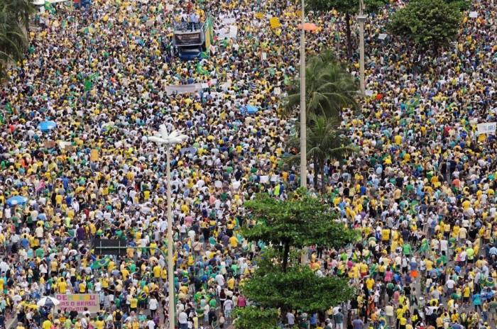 Multidão tona conta da Avenida Atlântica, na altura do posto 5 (Foto - Alexandre Durão)