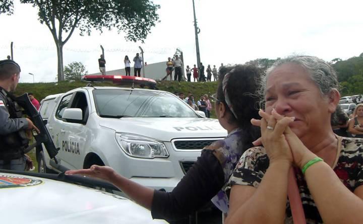 Maria da Conceição Nascimento Monteiro, 53, busca informações sobre seu filho Rodrigo Monteiro, 19, após rebelião e massacre em presídio de Manaus