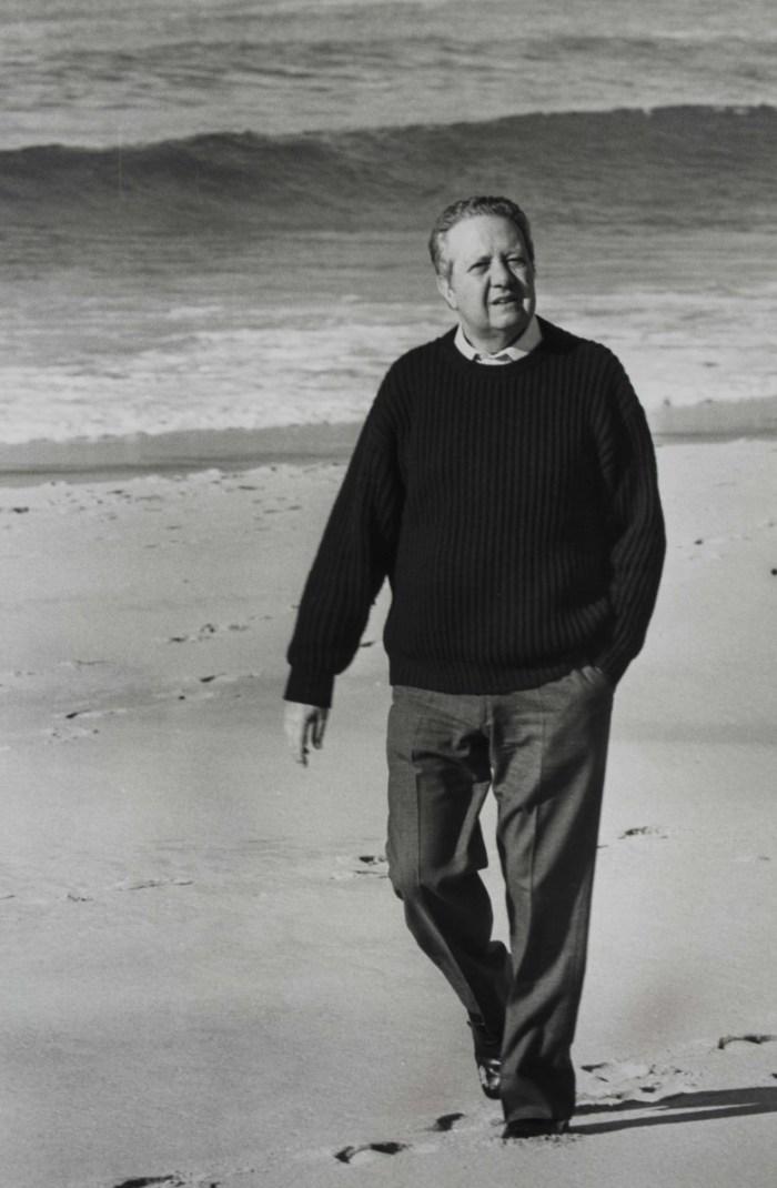Mário Soares andando na praia - DR