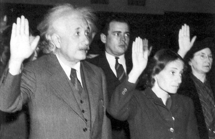 Albert Einstein fazendo juramento.