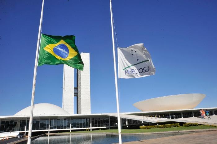 bandeira-brasil-meio-mastro-congresso